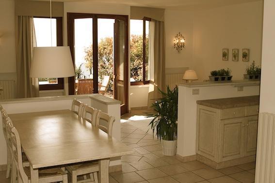 ferienwohnung oder ferienhaus am gardasee mieten. Black Bedroom Furniture Sets. Home Design Ideas